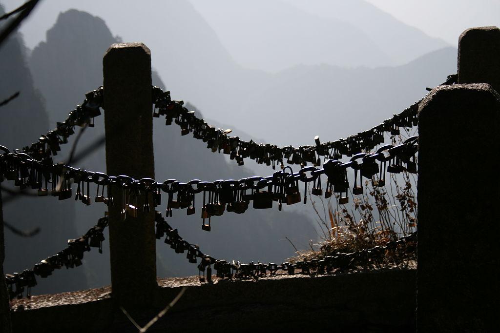 1024px-Huangshan_love_locks_railing