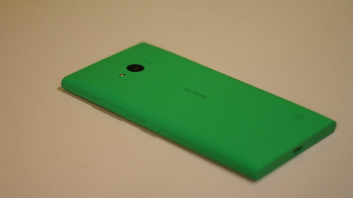 Lumia 735 von hinten liegend