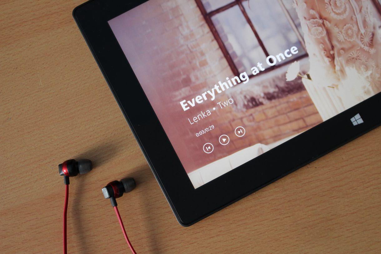 """""""Everything At Once"""" von Lenka - bekannt aus den Windows 8-Werbespots."""