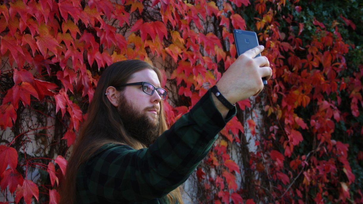 Ein Huawei P9 Lite beim Selfies machen
